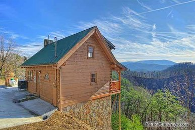 1 Bedroom, 2.5 Bath Value Cabin For 8 With A Hot Tub & Incredible Mountain Views