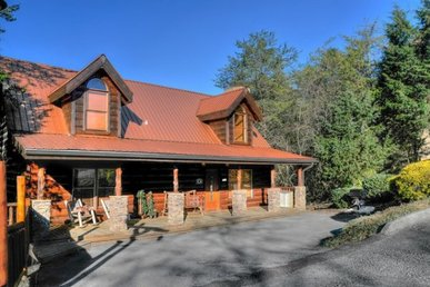 3 Bedroom, 2 Bath Luxury Cabin With A Pool Table, Hot Tub,& Level Parking.