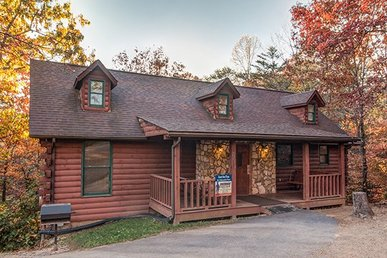 4 Bedroom, 4 Bath Cabin For 12, Easy To Access In A Resort Near The Parkway.