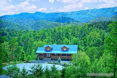 3 Bedroom, 3 Bath Luxury Cabin For 10. Very Spacious & Easy To Access From Town.
