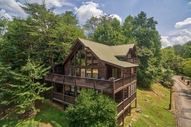 5 Bedroom, 3 Bath, Easy To Access Cabin For 14 With Hot Tub In A Resort Setting.
