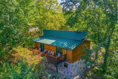 5 Bedroom, 2 Bath Semi-secluded Cabin For 12 With A Hot Tub, In A Resort Setting