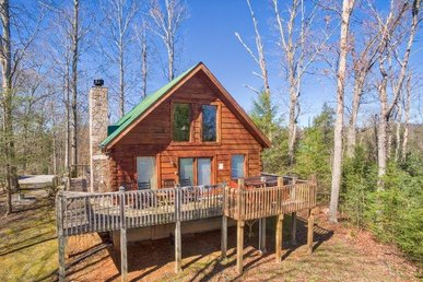 1 Bedroom, 2 Bath, Semi-secluded Cabin Close To The Parkway With A Mountain View