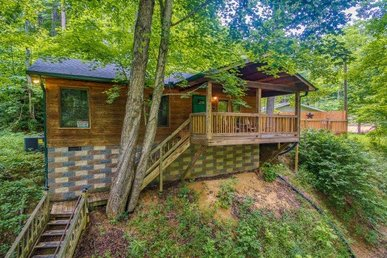 1 Bedroom, 1 Bath Deluxe Cabin For 5 With A Hot Tub, Easy To Access In A Resort.