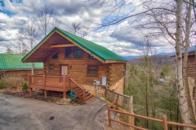 1 Bedroom, 1.5 Bath Deluxe Cabin For 4 In A Resort Setting With A Hot Tub.