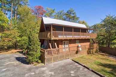 2 Bedroom, 1.5 Bath, Pet-friendly Cabin For 6 With A Screened In Porch & Hot Tub