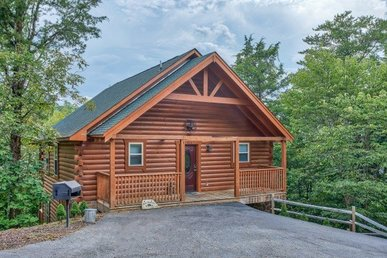 Luxury Cabin With Two Master Suites And A Theater Room. Easy Access From Town.