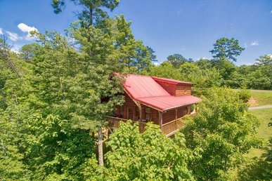 Semi-secluded 2 Bedroom, 2 Bath Cabin In A Resort Setting With A Hot Tub.