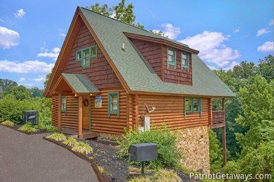1 Bedroom, 1.5 Bath Luxury Cabin With A Gas Fireplace & Hot Tub, Close To Town.
