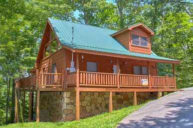 Cozy 1 Bedroom, 1.5 Bath Deluxe Cabin For 4 With A Game Loft & Hot Tub.