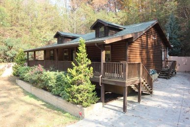 2 Bedroom, 2 Bath, Beautiful Knotty Pine Cabin For 6. Easy To Access From Town!