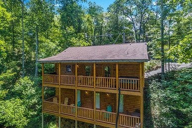 3 Bedroom, 3 Bath Luxury Cabin For 8. Easy To Access, Level Parking, Near Town.