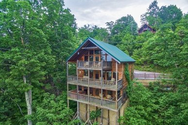 3 Bedroom, 3 Bath Luxury Cabin For 8 In A Resort With Incredible Views.