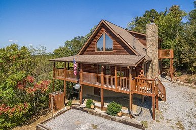 4 Bedroom, 4 Bath Luxury Cabin For 9 In A Resort Setting With A Private Dock.