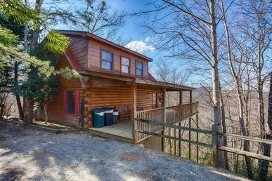 Semi-secluded 2 Bedroom, 2 Bath Cabin For 8 With Mountain Views & A Hot Tub.
