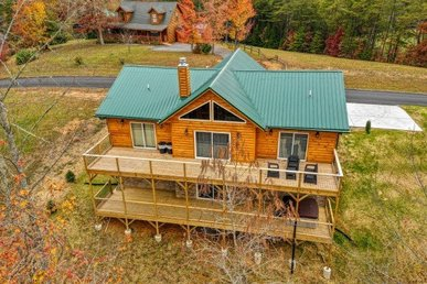 3 Bedroom, 2 Bath Modern Luxury Cabin For 8 With A Hot Tub. Easy To Access!