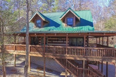 3 Bedroom, 3 Bath Value Cabin For 8. Semi-secluded & Close To The National Park!