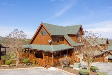 4 Bedroom, 4.5 Bath Luxury Log Cabin With A Hot Tub And A View In A Resort.