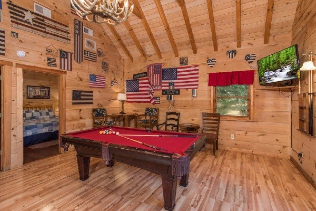Photo of a Pigeon Forge Cabin named Patriot Pointe - This is the twenty-fourth photo in the set.