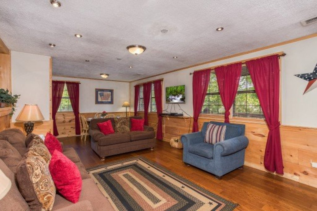 Photo of a Pigeon Forge Cabin named Patriot Pointe - This is the thirteenth photo in the set.