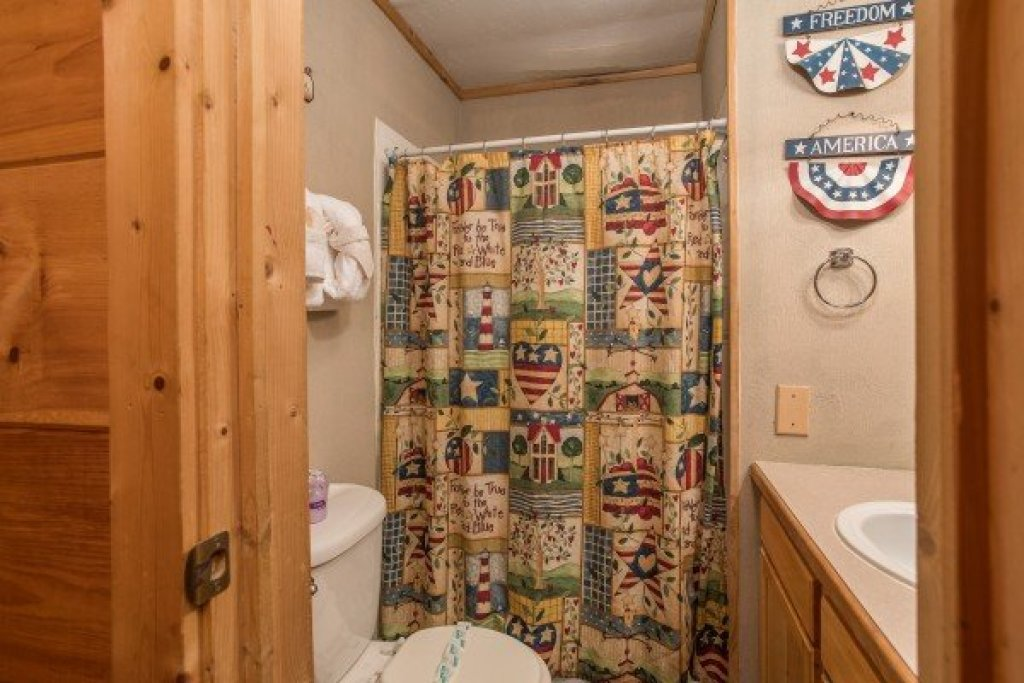 Photo of a Pigeon Forge Cabin named Patriot Pointe - This is the twenty-third photo in the set.