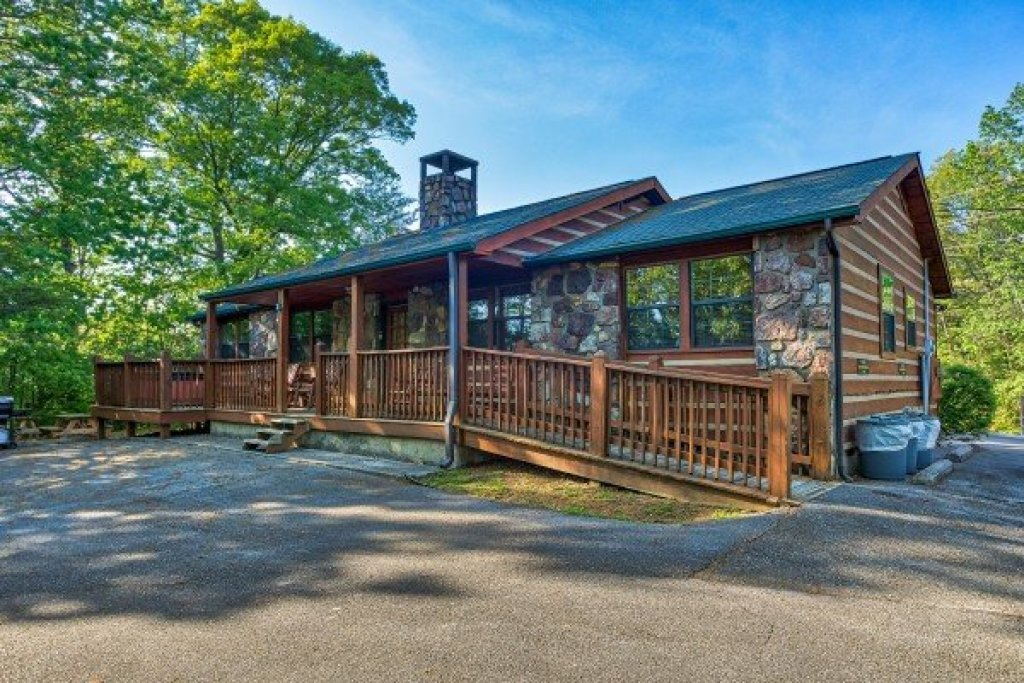 Photo of a Pigeon Forge Cabin named Patriot Pointe - This is the second photo in the set.