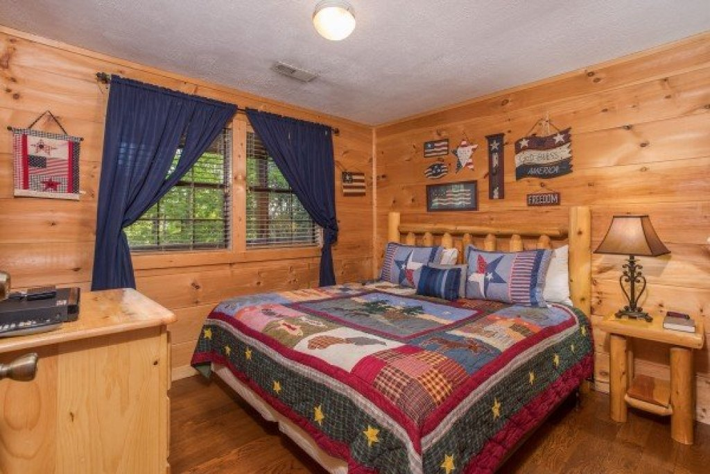 Photo of a Pigeon Forge Cabin named Patriot Pointe - This is the sixteenth photo in the set.