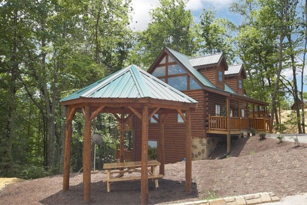 Photo of a Gatlinburg Cabin named Country Bear's Getaway - This is the first photo in the set.
