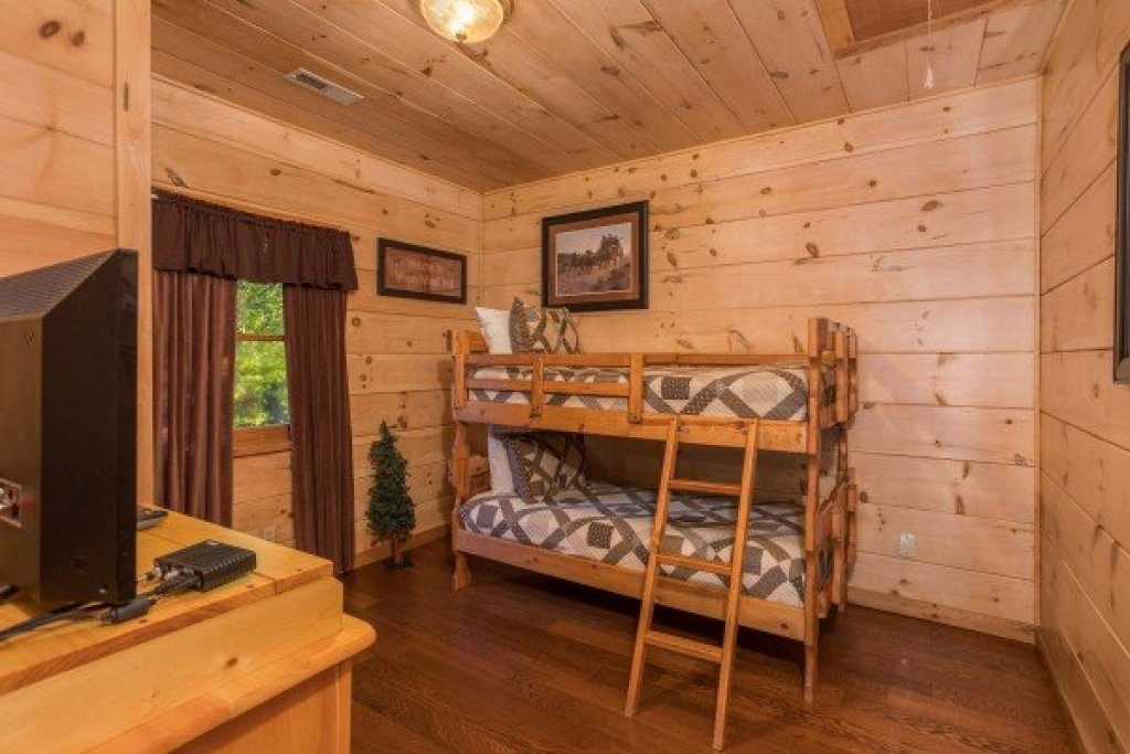 Photo of a Pigeon Forge Cabin named Patriot Pointe - This is the twenty-ninth photo in the set.