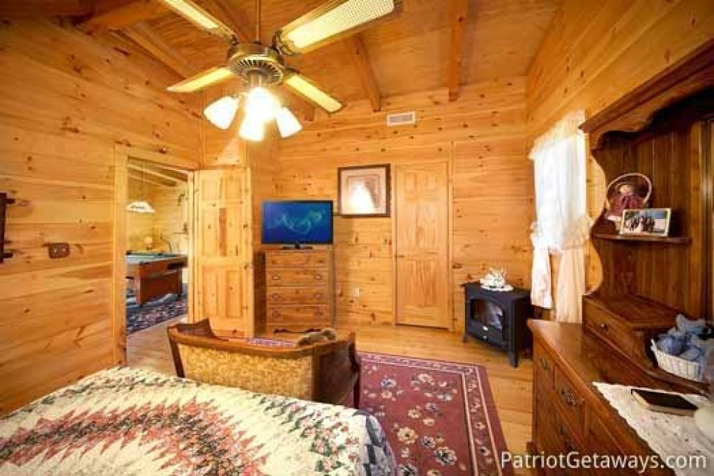 Photo of a Pigeon Forge Cabin named Shy Bear - This is the twelfth photo in the set.