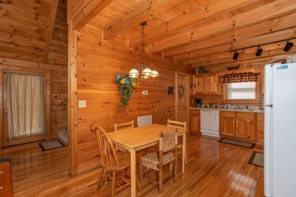 Photo of a Pigeon Forge Cabin named Bearly Mine - This is the fifth photo in the set.