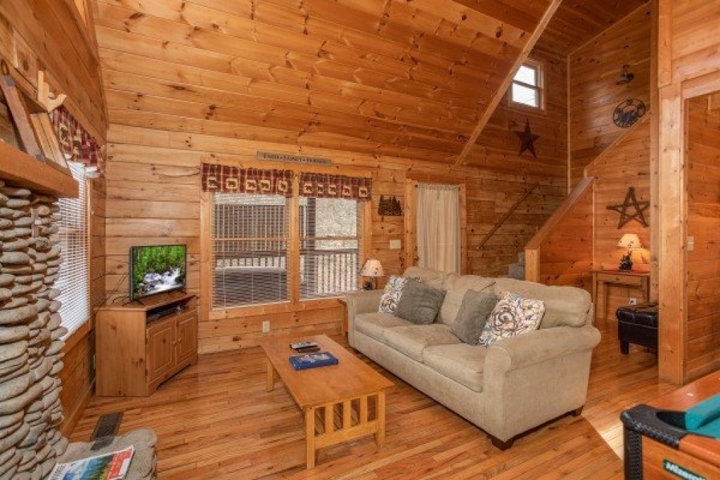 Photo of a Pigeon Forge Cabin named Bearly Mine - This is the third photo in the set.