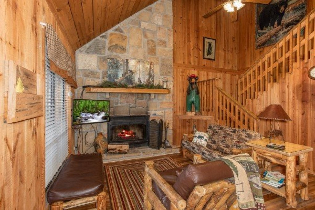 Photo of a Pigeon Forge Cabin named Papa Bear - This is the second photo in the set.