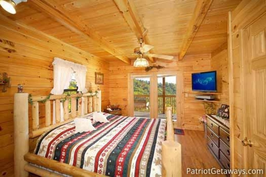 Photo of a Pigeon Forge Cabin named Shy Bear - This is the ninth photo in the set.