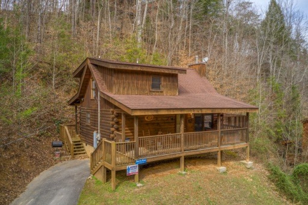 Photo of a Pigeon Forge Cabin named Bearly Mine - This is the first photo in the set.