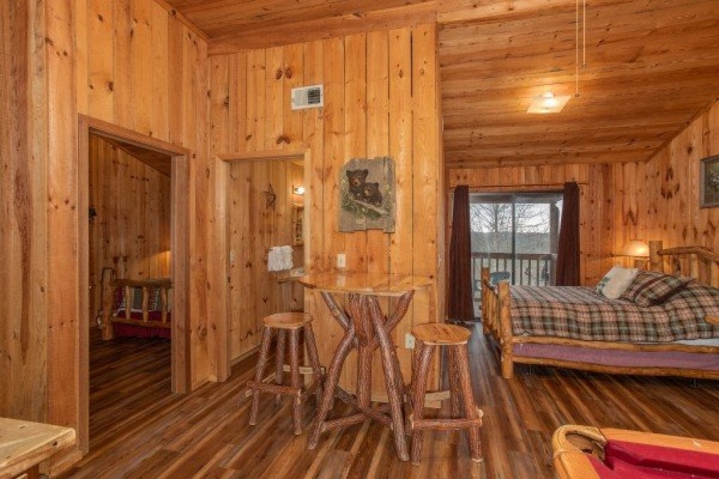 Photo of a Pigeon Forge Cabin named Papa Bear - This is the seventeenth photo in the set.