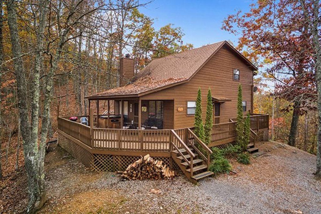 Photo of a Pigeon Forge Cabin named Papa Bear - This is the first photo in the set.