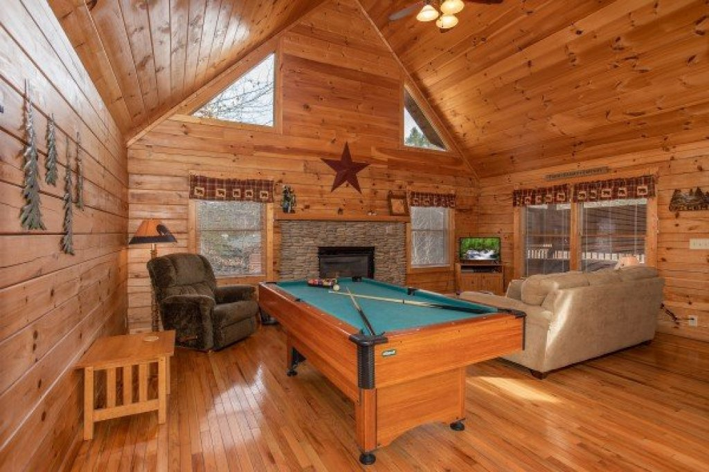 Photo of a Pigeon Forge Cabin named Bearly Mine - This is the fourth photo in the set.