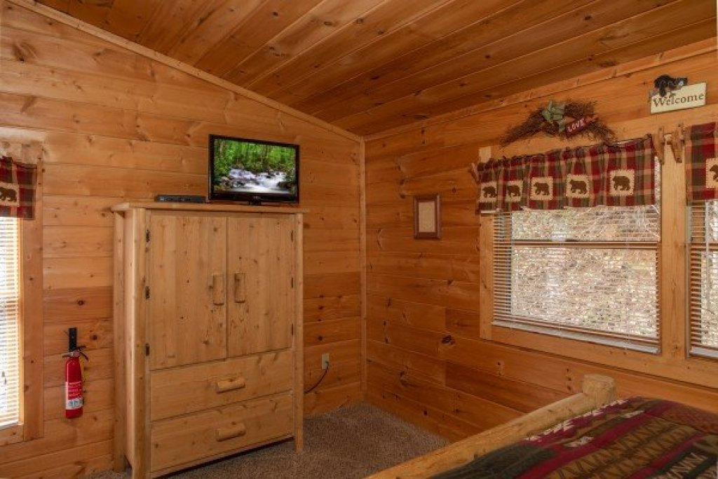 Photo of a Pigeon Forge Cabin named Bearly Mine - This is the fifteenth photo in the set.