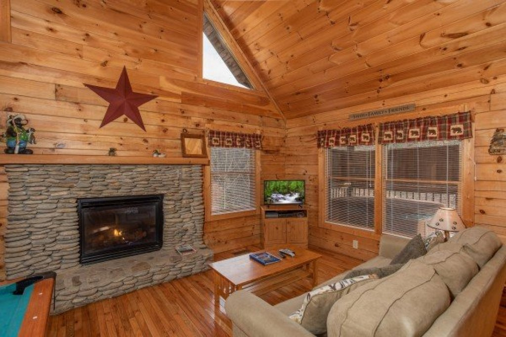Photo of a Pigeon Forge Cabin named Bearly Mine - This is the second photo in the set.