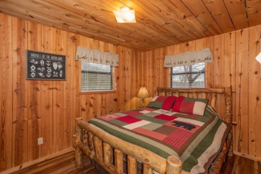 Photo of a Pigeon Forge Cabin named Papa Bear - This is the twelfth photo in the set.