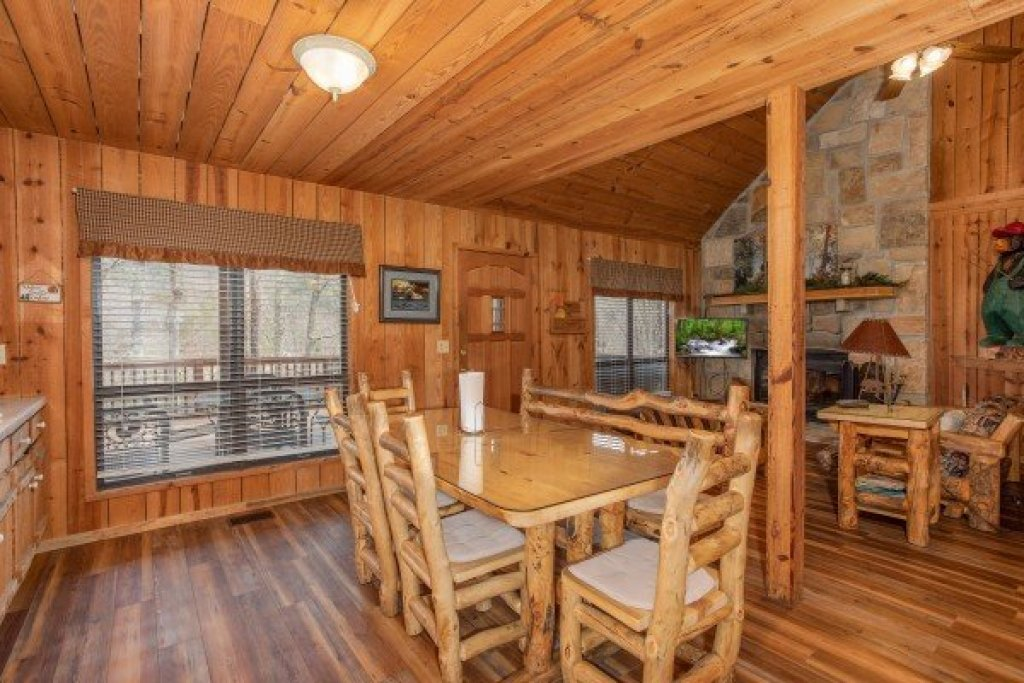 Photo of a Pigeon Forge Cabin named Papa Bear - This is the fifth photo in the set.