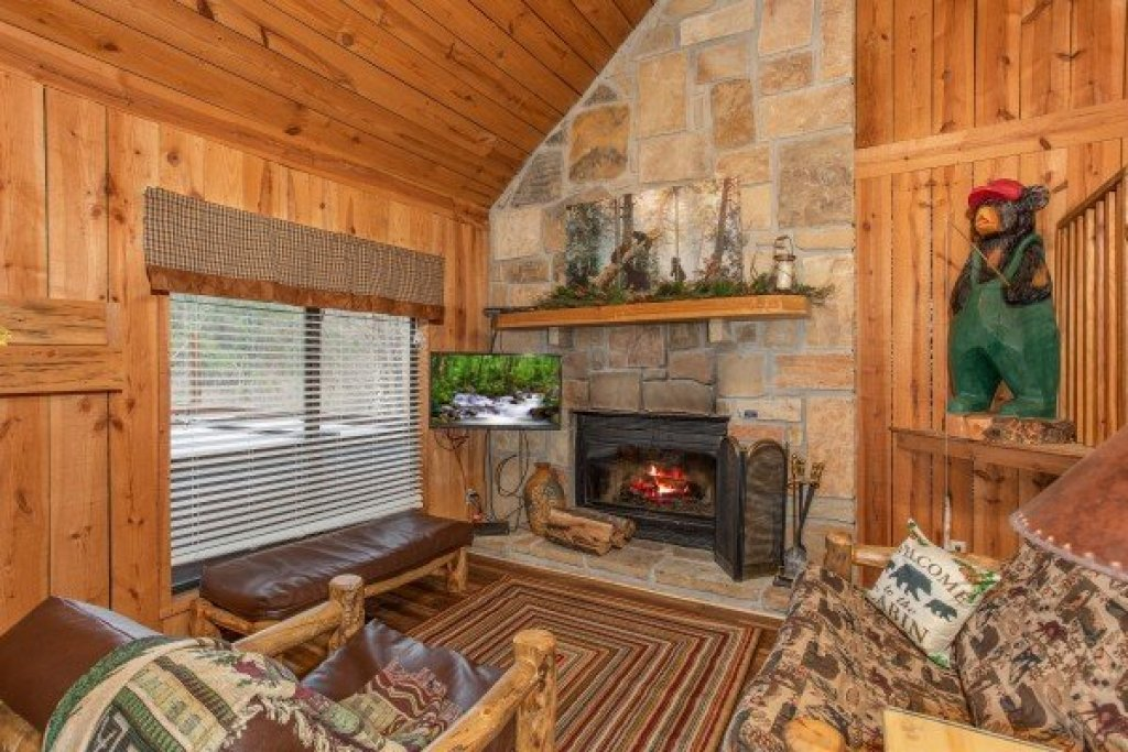 Photo of a Pigeon Forge Cabin named Papa Bear - This is the third photo in the set.