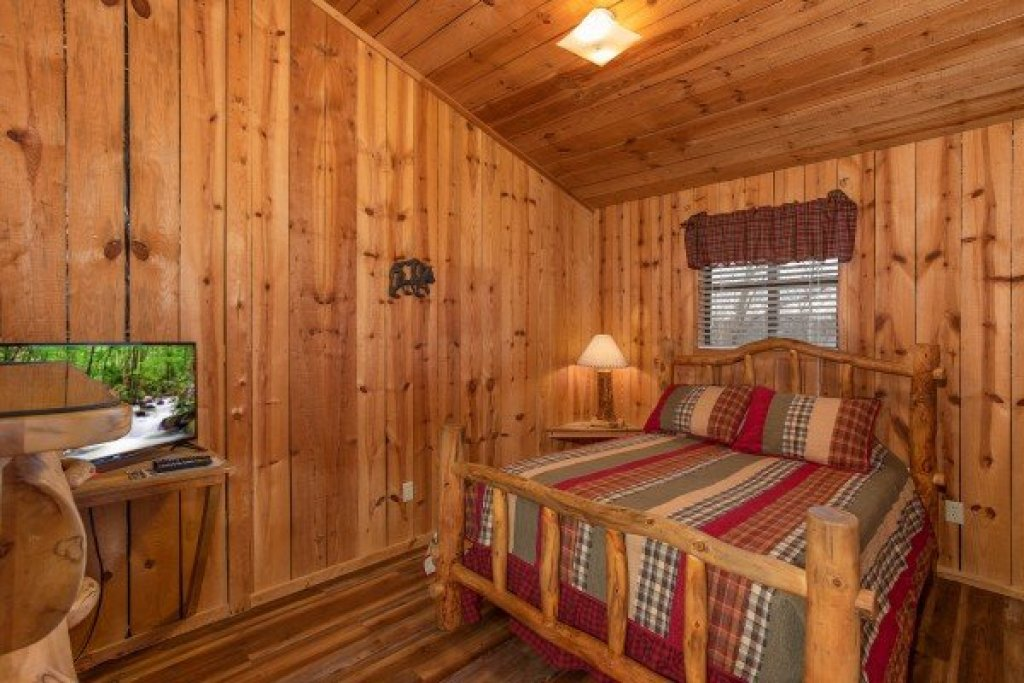 Photo of a Pigeon Forge Cabin named Papa Bear - This is the nineteenth photo in the set.