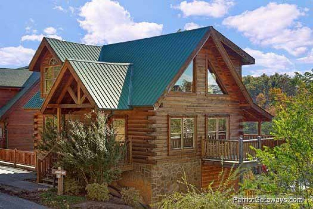 Photo of a Pigeon Forge Cabin named Logged Out - This is the second photo in the set.