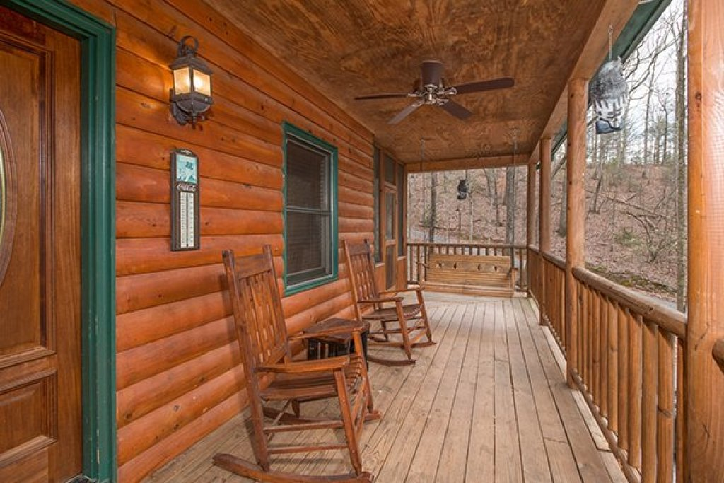 Photo of a Gatlinburg Cabin named Lucky Logs - This is the second photo in the set.