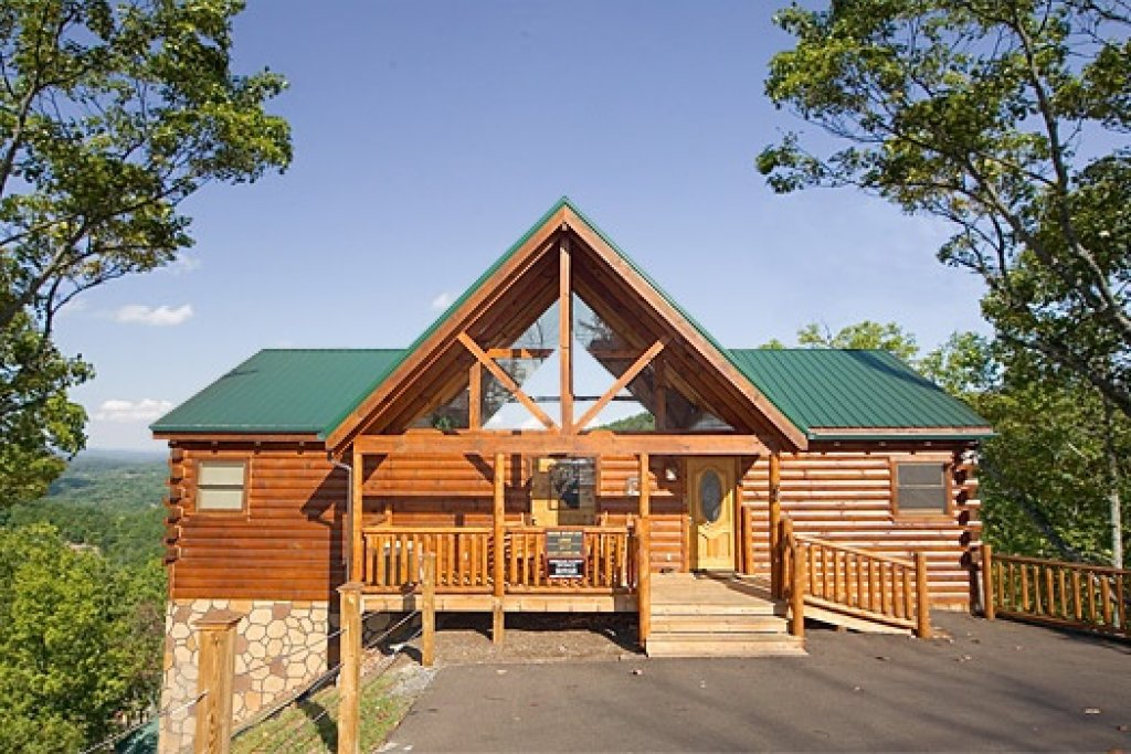 Photo of a Gatlinburg Cabin named Moose Mountain Lodge - This is the first photo in the set.