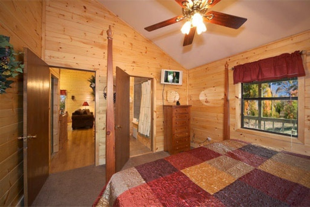 Photo of a Pigeon Forge Cabin named Raccoon's Rest - This is the sixth photo in the set.
