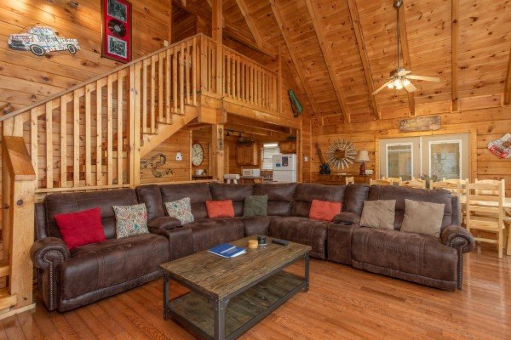 Photo of a Pigeon Forge Cabin named Mountain Music - This is the third photo in the set.