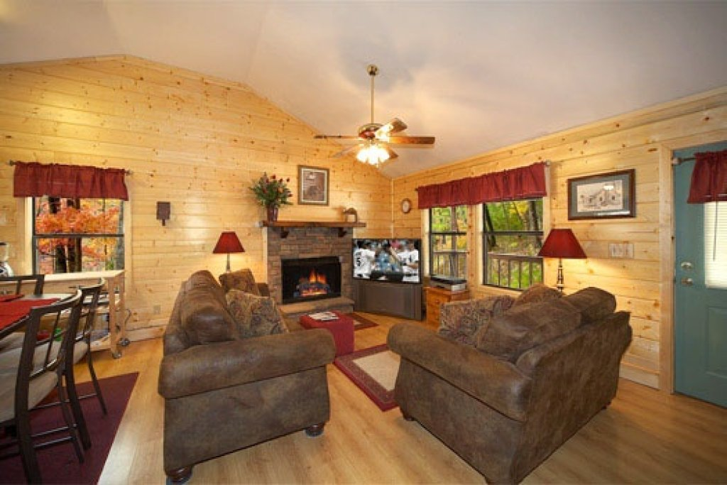 Photo of a Pigeon Forge Cabin named Raccoon's Rest - This is the third photo in the set.